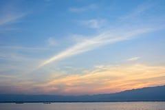 Berg sjö med mörker - blå himmel efter solnedgång Arkivfoton
