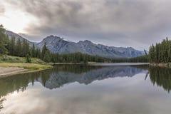 Berg sjö med reflexion - Banff nationalpark Royaltyfri Foto