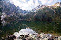 Berg sjö Morskie Oko i Tatra berg, Polen arkivfoto