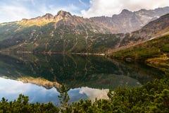 Berg sjö Morskie Oko i Tatra berg, Polen royaltyfri fotografi