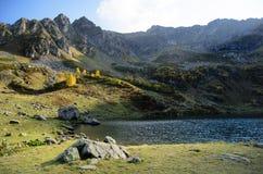 Berg sjö Mzy i Abchazien Royaltyfria Bilder