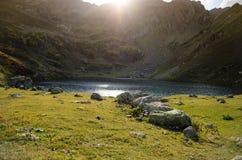 Berg sjö Mzy i Abchazien Arkivfoton