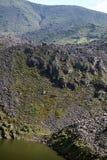 Berg sjö nedanför Rolling Hills i Antisana den ekologiska reserven Arkivbild