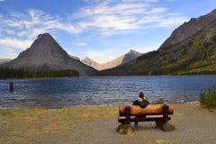 Berg sjö och bänk Arkivbild