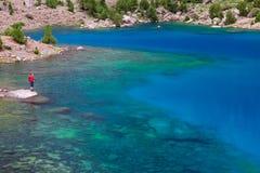 Berg sjö och ensam handelsresande Fotografering för Bildbyråer