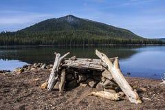 Berg sjö och Firepit Fotografering för Bildbyråer
