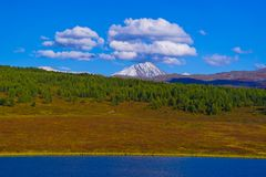 Berg, sjö och himmel i de Altai bergen Arkivfoto