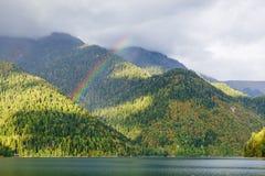 Berg sjö och regnbåge Arkivfoto
