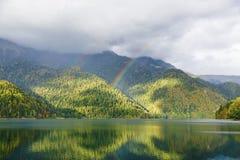 Berg sjö och regnbåge Royaltyfria Bilder