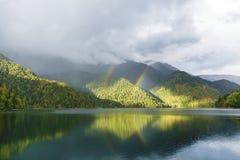 Berg sjö och regnbåge Fotografering för Bildbyråer
