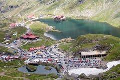 Berg sjö och semesterort Royaltyfria Bilder