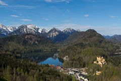 Berg, sjö och slott Royaltyfri Fotografi