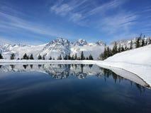 Berg sjö och snowcovered berg Österrike Arkivbild