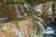 Berg sjö och vattenfall Fotografering för Bildbyråer