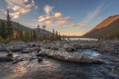 Berg sjö på bakgrunden av morgonhöstskogen, soluppgång arkivfoton