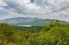 Berg sjö på de Ring Road högländerna i Kamerun, Afrika Arkivbilder