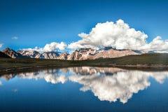 Berg sjö på en bakgrund av härligt landskap Fotografering för Bildbyråer