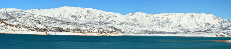Berg sjö på gryning Arkivbilder