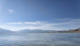 Berg sjö på morgonen Arkivbild