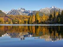 Berg sjö, sceniskt landskap, Autumn Colors Arkivfoto