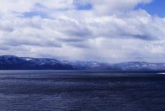 Berg sjö som är molnig Fotografering för Bildbyråer