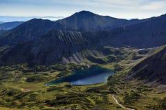 Berg sjö som omges av härliga berg Arkivbilder