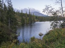 Berg sjö Strbske Pleso i nationalparken höga Tatra, Slovakien, Europa, sommar på skymning fotografering för bildbyråer