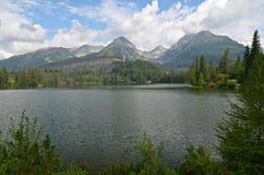 Berg sjö Strbske Pleso i Slovakien Royaltyfri Fotografi