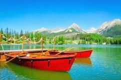 Berg sjö Strbske Pleso i Slovakien, Europa arkivbild