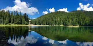 Berg sjö Synevir royaltyfria foton