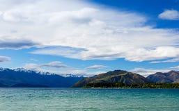 Berg sjö under blå molnig himmel Royaltyfria Bilder