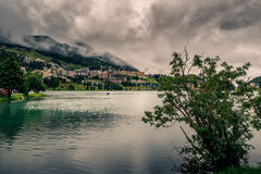 Berg sjö under tunga moln Royaltyfri Foto