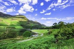 Berg sjökust i lantliga Cumbria, UK royaltyfri fotografi
