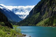 Berg sjölandskap i Stilluptalen det alpesÖsterrike berg betar tirol Royaltyfria Bilder