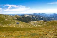 Berg sjölandskap Tuscan Appennini, Italien royaltyfria bilder