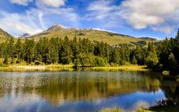 Berg sjön Champferer ser reflexioner Arkivfoto