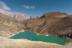 Berg sjön i Kaukasuset på bakgrunden av epos vaggar arkivbilder