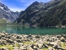 Berg sjön med vaggar royaltyfria foton