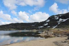 Berg sjön och blå himmel med något fördunklar Royaltyfri Fotografi