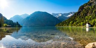 Berg sjöpanorama med berg och reflexion i sjön Royaltyfri Fotografi