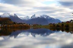 Berg sjö i nedgång Fotografering för Bildbyråer