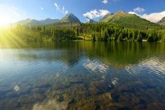 Berg sjö Strbske Pleso Royaltyfri Foto