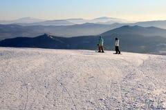 Berg-skiërs op de bovenkant van berg. Royalty-vrije Stock Afbeeldingen