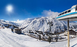 Berg skidar semesterorten Hochgurgl Österrike Royaltyfri Fotografi