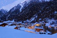 Berg skidar semesterorten Solden Österrike på solnedgången Royaltyfria Foton