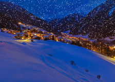 Berg skidar semesterorten Solden Österrike på solnedgången Arkivfoton