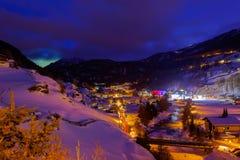 Berg skidar semesterorten Solden Österrike - solnedgång arkivfoto