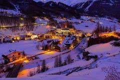 Berg skidar semesterorten Solden Österrike - solnedgång Royaltyfri Foto