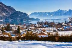 Berg skidar semesterortSt. Gilgen Österrike arkivbild