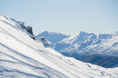 berg skidar spår Arkivfoto